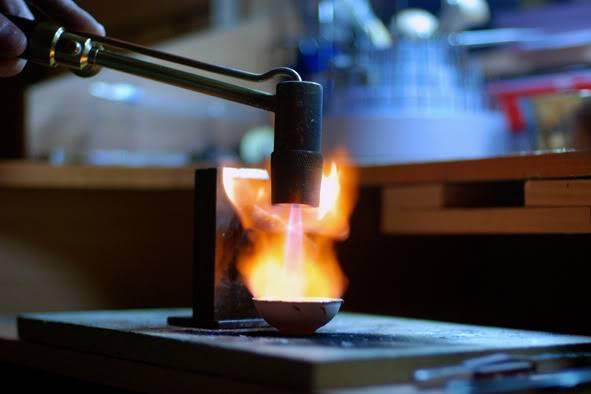Расплавляют металл с помощью специальной горелки