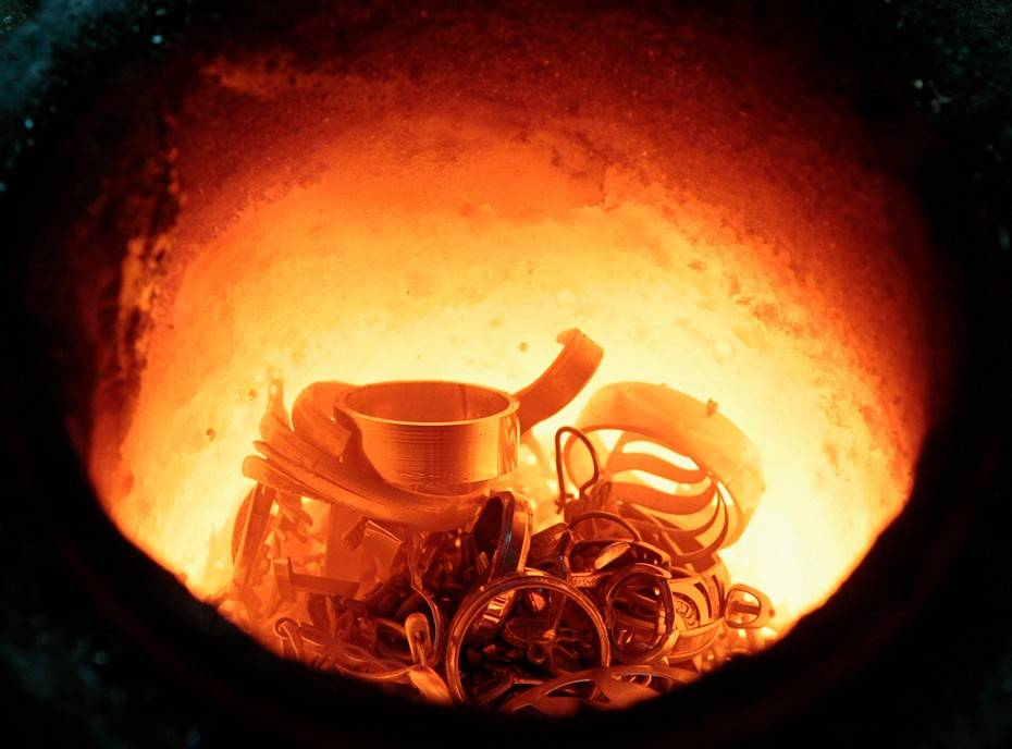 Золотой лом переплавляют в специальной печи