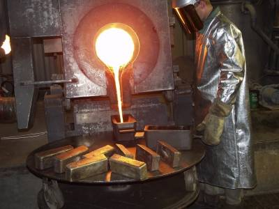 В заводских условиях золото переплавляют в большие слитки