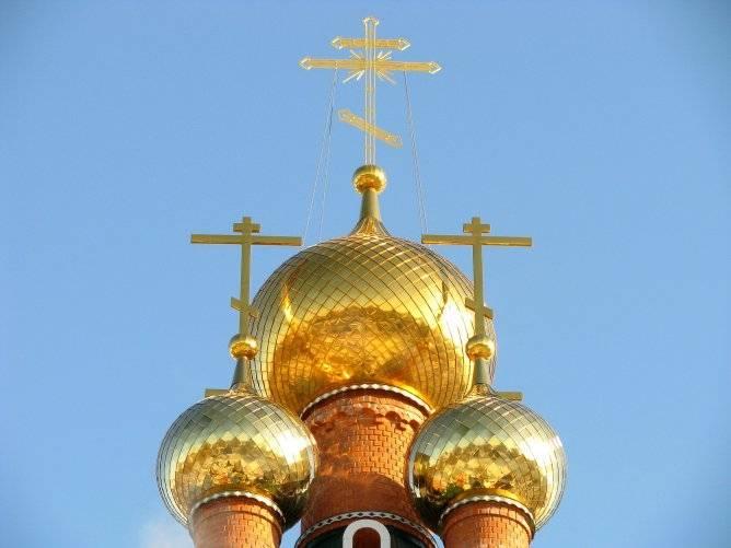 Купола церкви покрывают тонкой золотой пленкой. играющей роль эстетического украшения и эффективной защиты