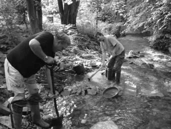 Добыча золота мужчинами возле воды