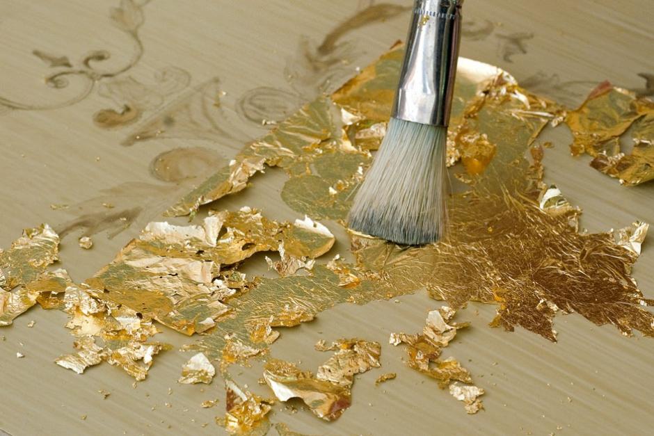 Золочение при помощи кисти сусальным золотом