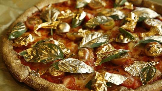 Пицца, покрытая золотом
